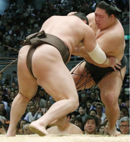 Hakuho battles
