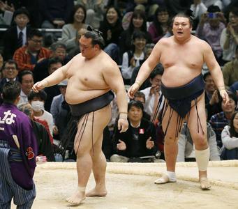 Kisenosato walks