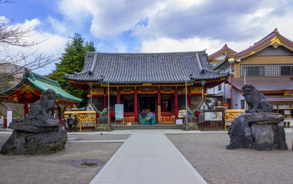 Asakusa_shrine_2012